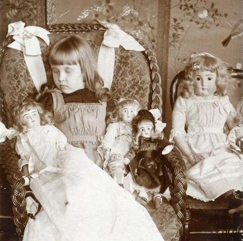 Fotografia Post-Mortem de niña junto a sus juguetes